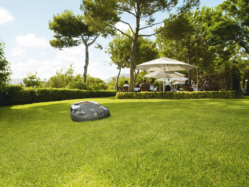 tonte-pelouse-tondeuse-autonome-robot-automower_marque-husqvarna_par-nature-et-jardin-paysagistes-des-hauts-de-france_1024x7691px